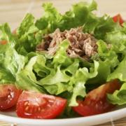 Быстрый салат с маринованным тунцом